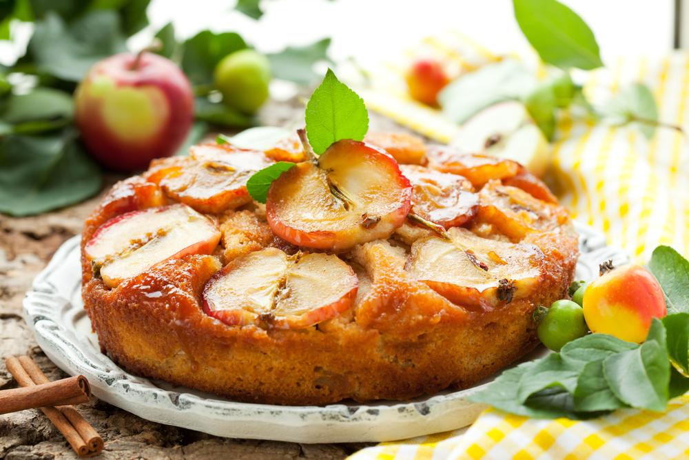 Воздушная шарлотка: как приготовить любимый яблочный пирог - фото №1