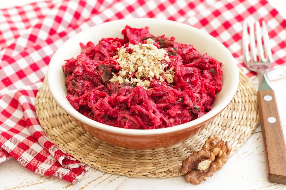 Рецепты салатов из свеклы: самый полезный ингредиент праздничного блюда - фото №5