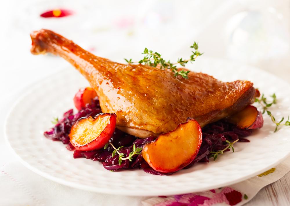 Звездный рецепт от Натальи Подольской: утиные ножки с яблоками в соусе из красного вина - фото №2