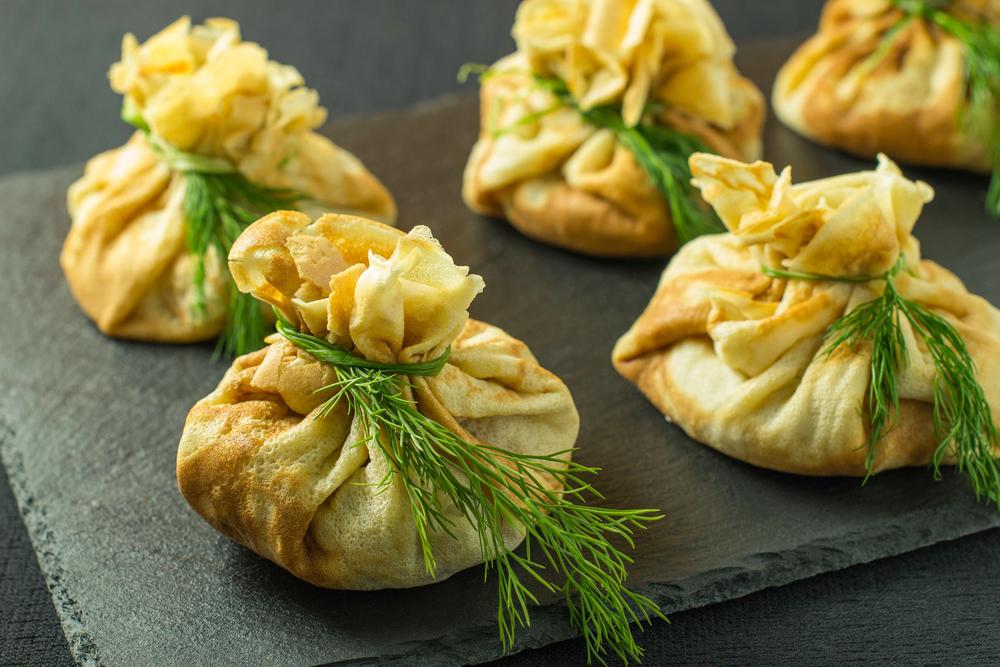 Рецепт блинных мешочков с грибами: простое блюдо с красивым оформлением - фото №3
