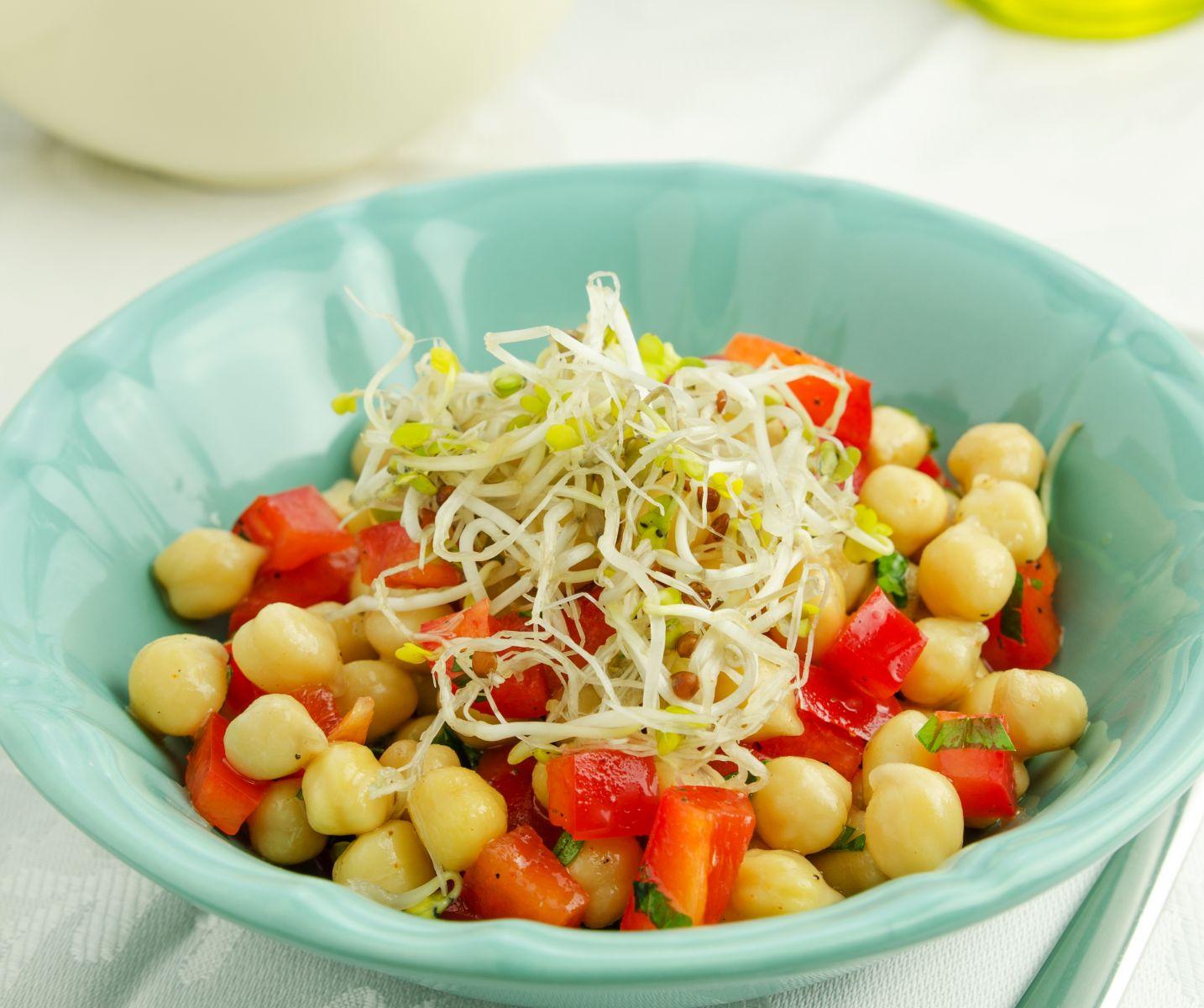Вкусные блюда для веганов: ореховые голубцы, чечевичный паштет, салат с нутом и напиток из тыквы - фото №4