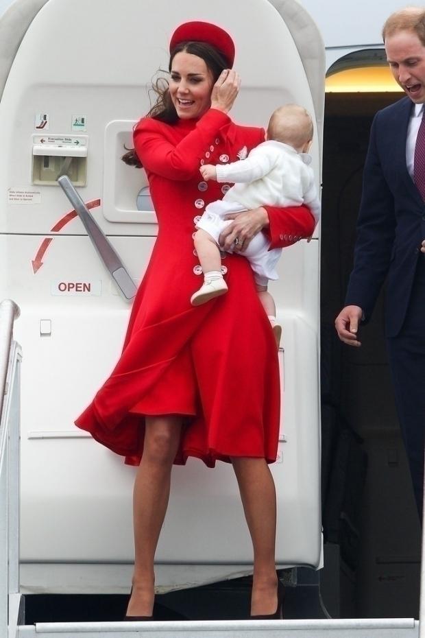 Леди в красном: Кейт Миддлтон снова надела любимый наряд Catherine Walker на церемонию Орддна подвязки
