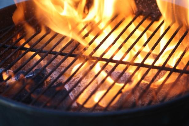 Правильно разжечь уголь для шашлыка: советы, которые пригодятся каждой девушке - фото №1