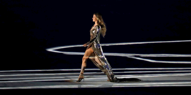 Жизель Бюндхен на открытии Олимпийских игр-2016 в Рио