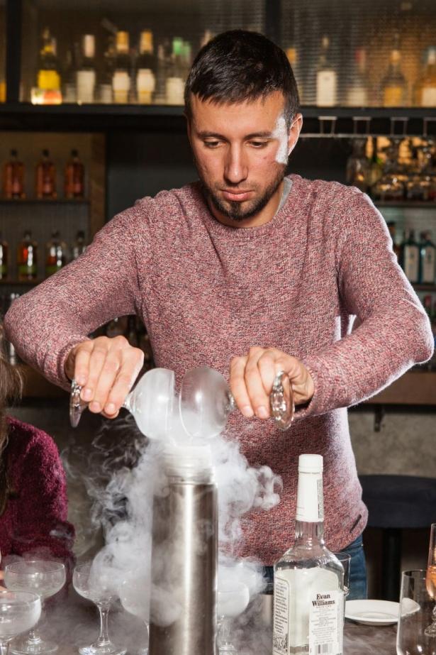 Беседа с барменом: как правильно пить алкоголь и что должно быть в домашнем баре - фото №1