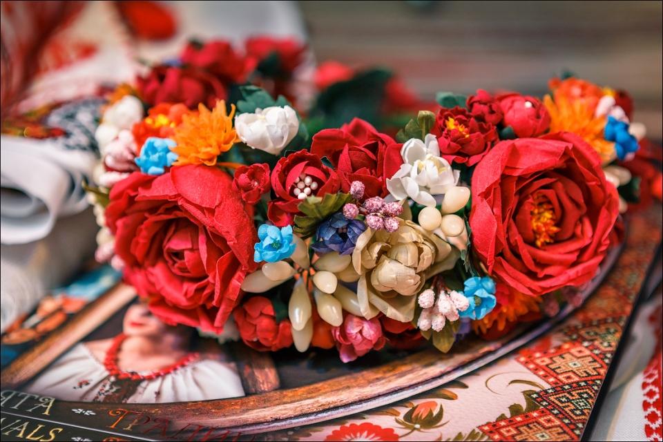 Что мы не знаем о веночках: почему замужние женщины носят его неправильно, а девушки вплетают в него траурные цветы - фото №4