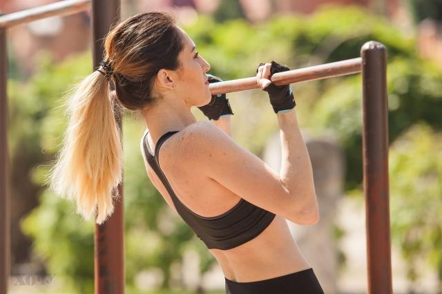 Тренер говорит: комплексная тренировка с подтягиваниями для верхней части тела (качаем мышцы рук, плечей, спины) - фото №10