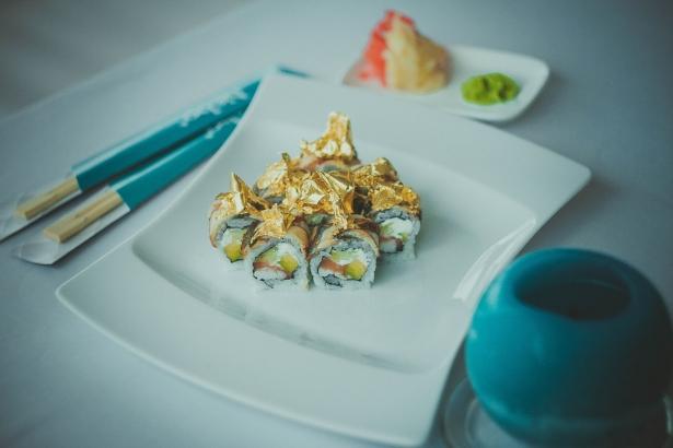 Куда пойти, когда хочется чего-то необычного: суши с золотом в ресторане NEBO - фото №6