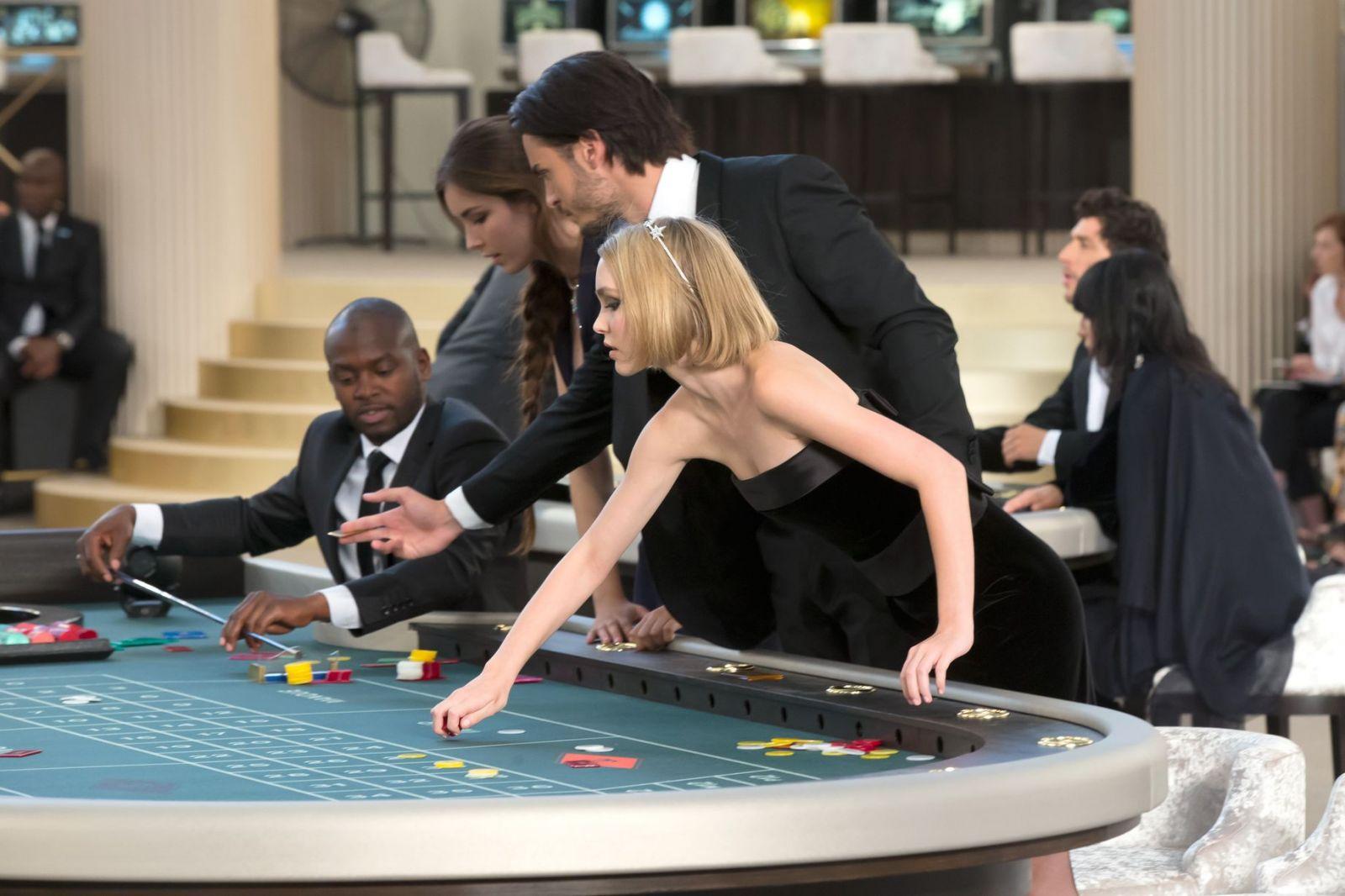 Дочь Джонни Деппа сыграла в казино на показе Chanel - фото №1