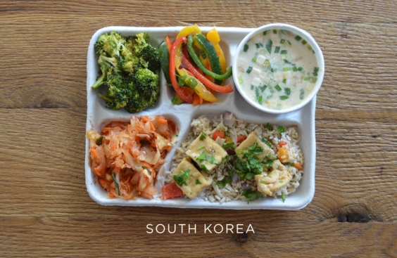 Обедают школьники в Южной Корее в школьной столовой