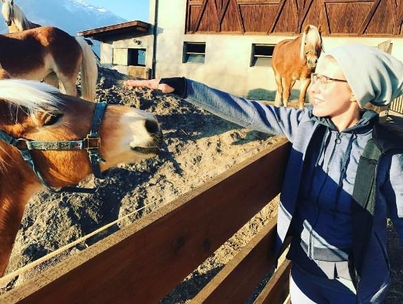 Ксения Собчак в образе провинциалки пошутила над сходством с лошадью (ФОТО) - фото №2