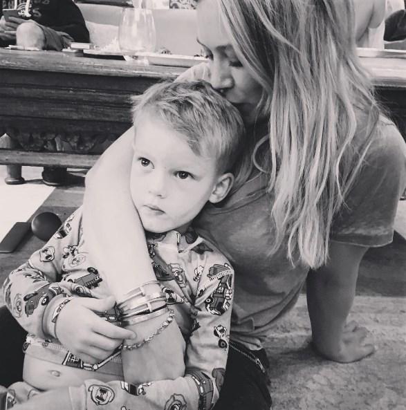 """Хилари Дафф о поцелуе с 4-летним сыном: """"Отпишитесь от меня с вашим извращенным умом"""" - фото №1"""