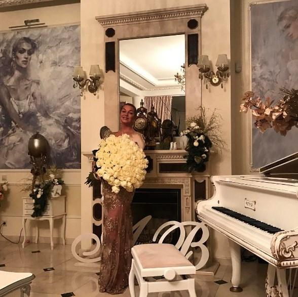 Ужин в особняке: Волочкова накормила шашлыками трех гостей-мужчин (ФОТО) - фото №2