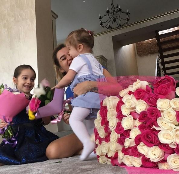 Ксения Бородина впервые показала лицо младшей дочери (ФОТО) - фото №1