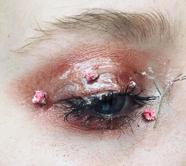 Слишком красиво: цветы-стрелки, как идея для макияжа на свадьбу, фотосессию или вечеринку - фото №2
