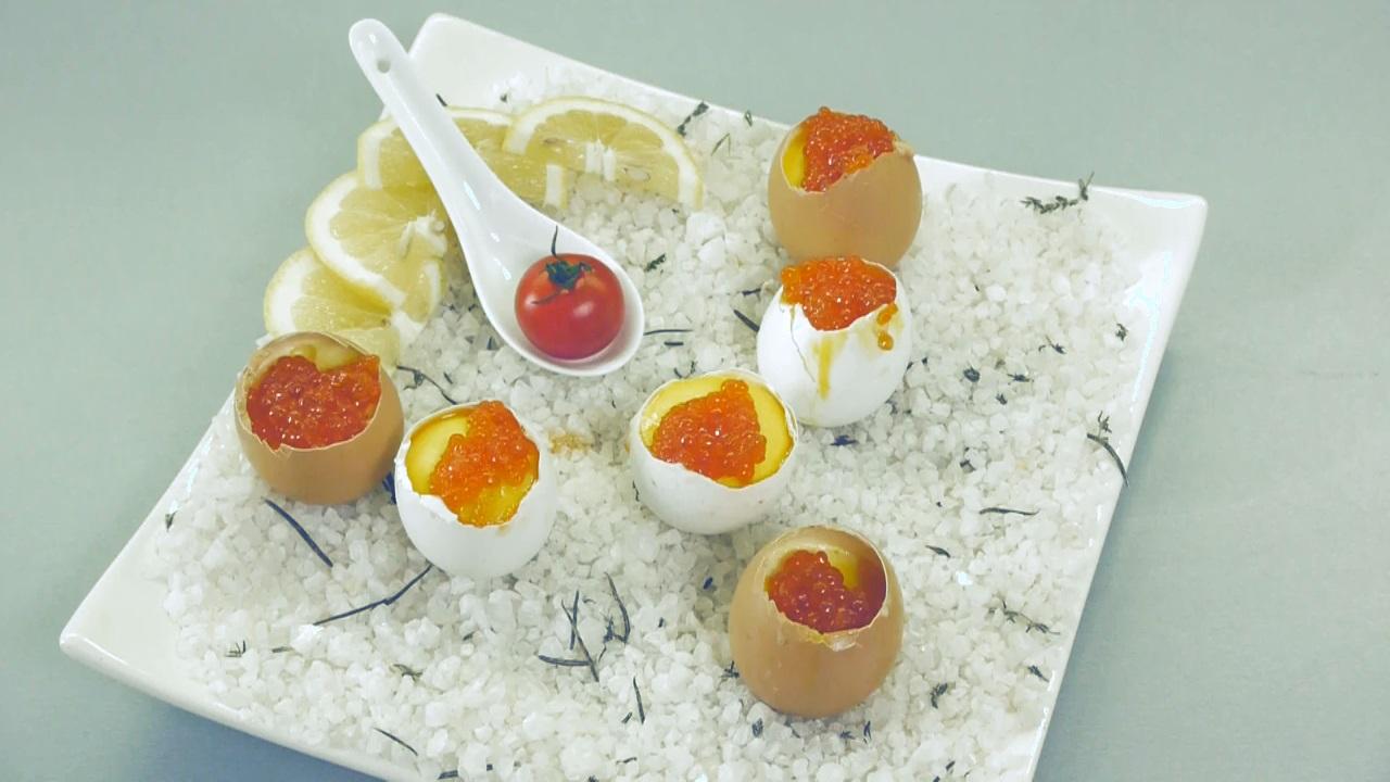 Фаршированные яйца на завтрак. Видео-рецепт - фото №7