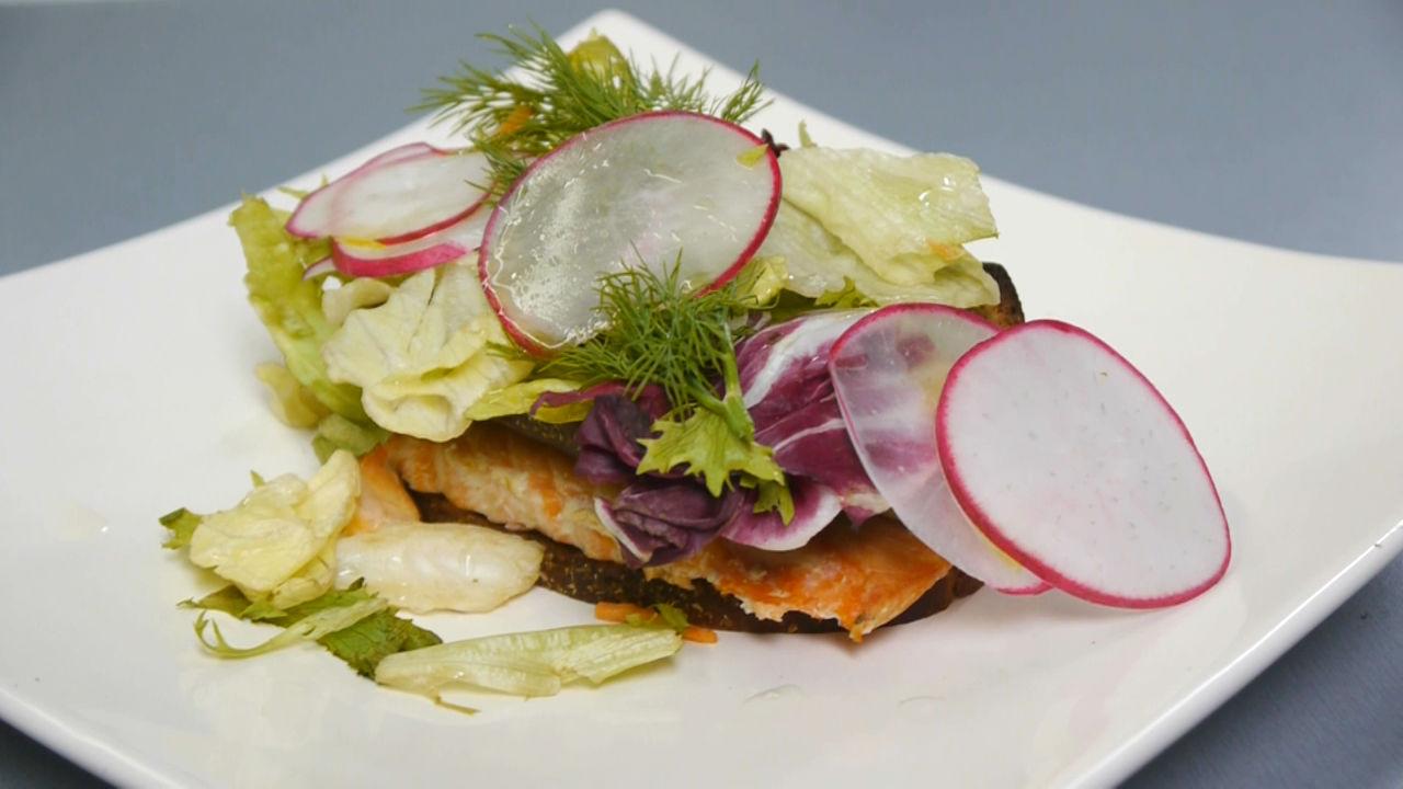 Рецепт брускетты с лососем на муссе из баклажана. Видео - фото №11