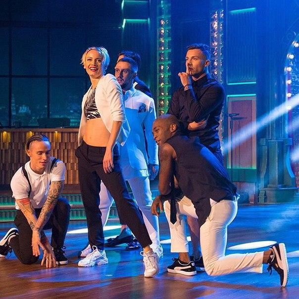 MONATIK и Quest Pistols Show исполнили зажигательный танец на шоу Вечерний Ургант - фото №1