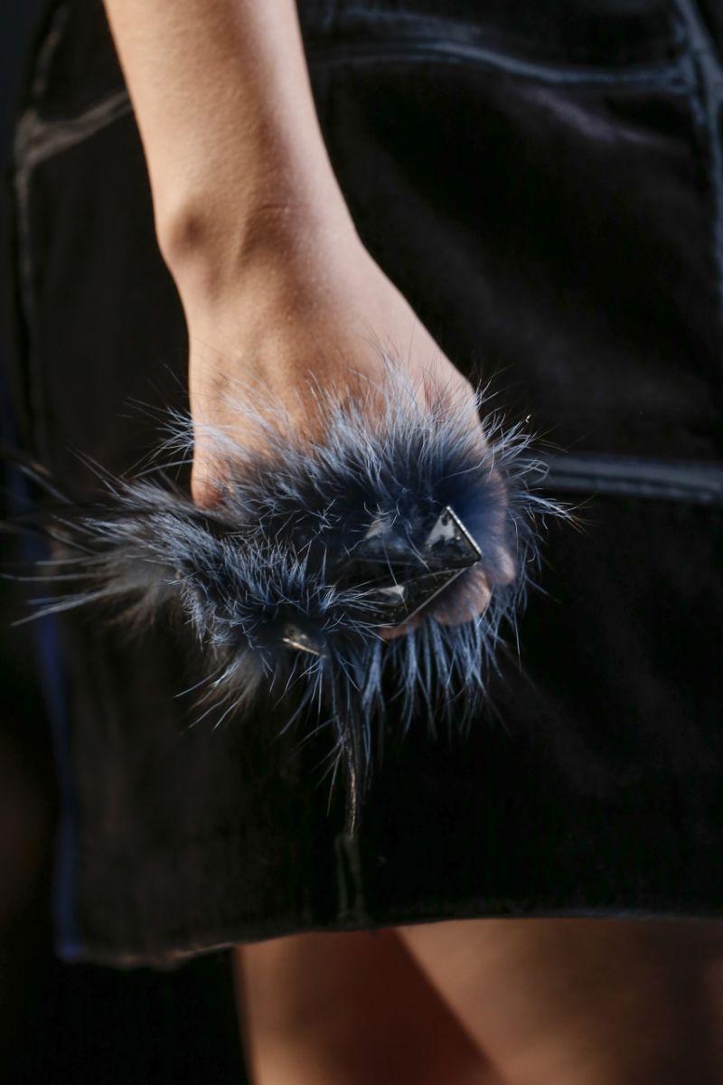 Кольца из меха от Fendi - фото №3