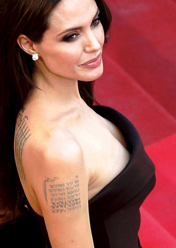 С глаз долой: Анджелина Джоли сведет все татурировки, связанные с Брэдом Питтом - фото №2