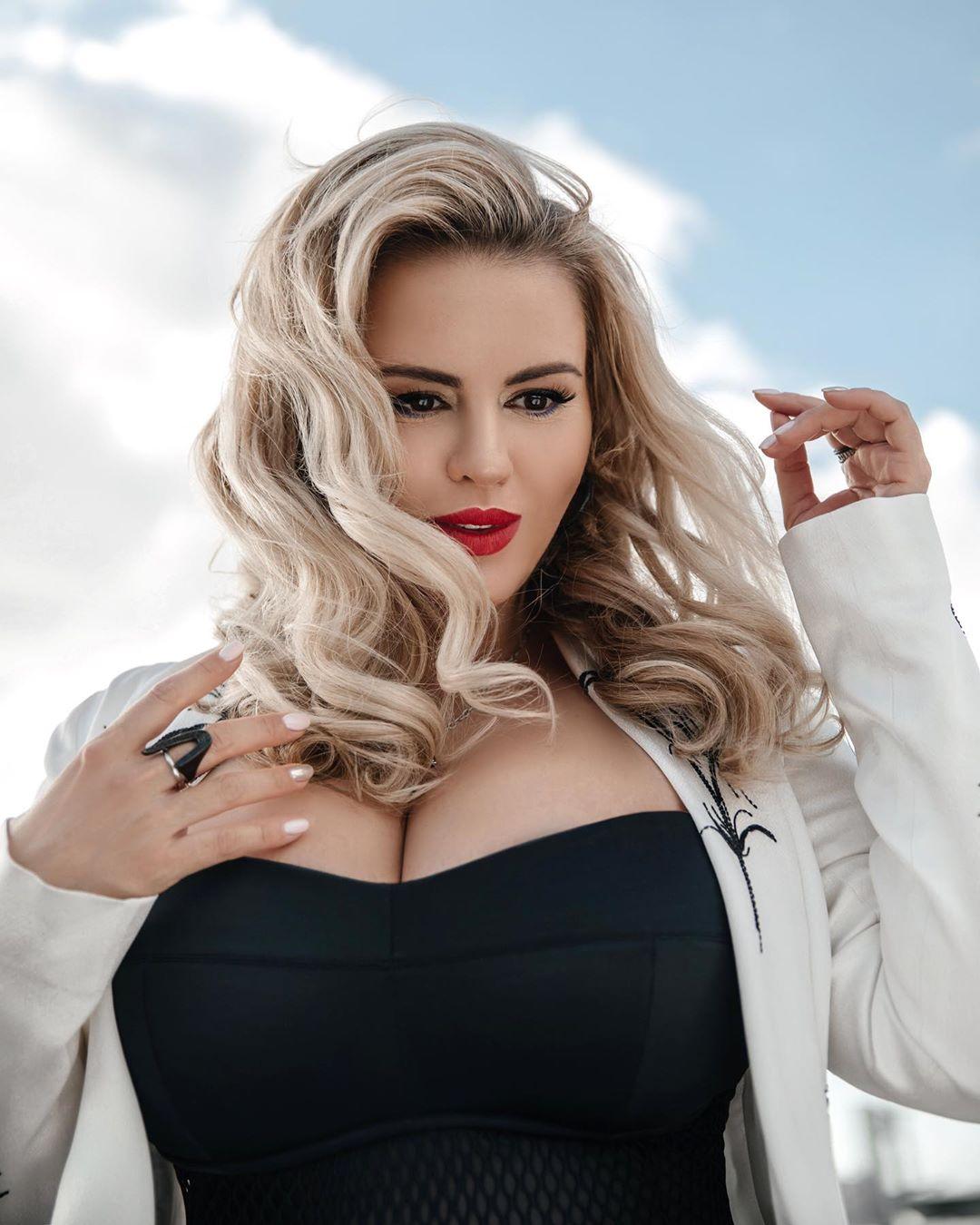 Своя ли грудь у Анны Семенович? Певица впервые откровенно рассказала о