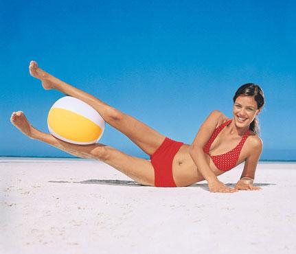 Фитнес-упражнения с мячом на пляже. Фото - фото №1
