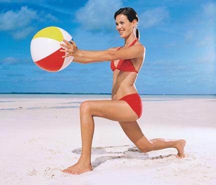 Фитнес-упражнения с мячом на пляже. Фото - фото №3