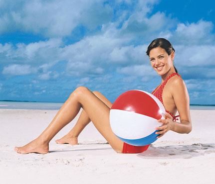 Фитнес-упражнения с мячом на пляже. Фото - фото №5