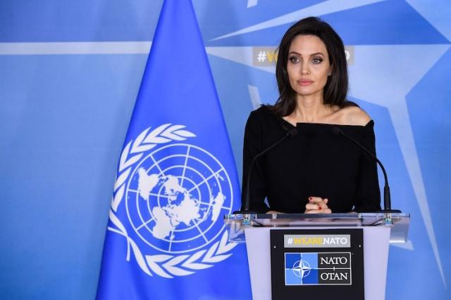 Астролог объяснил причину неудач Анджелины Джоли - фото №1