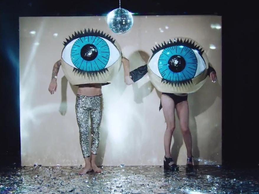 Макс Барских представил новый стильный клип: экстравагантные танцы и гигантские глаза - фото №1