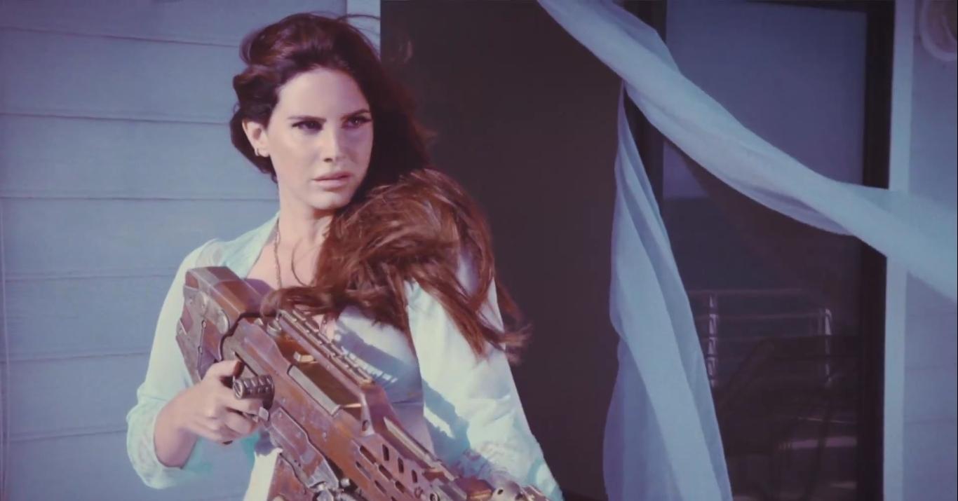 Не мешай Лане Дель Рей отдыхать: певица сбила вертолет в своем новом странном клипе - фото №2