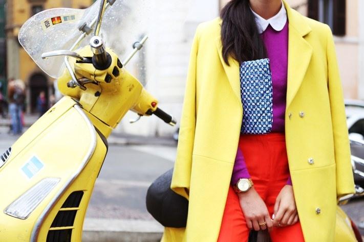Как носить яркое пальто - фото №1
