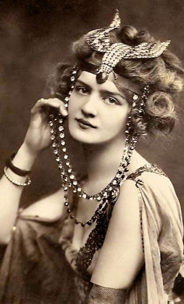 От угля до бьюти-блендера: как развивалась косметическая индустрия с древнейших времен - фото №13