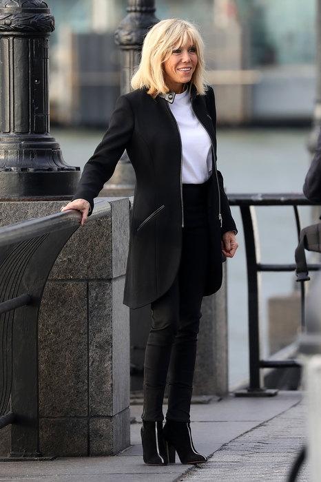 Street style от первой леди: Бриджит Макрон вышла в свет в джинсах и футболке (ФОТО) - фото №1