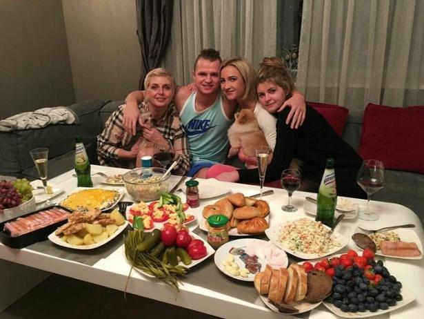 Ольга Бузова и Дмитрий Тарасов с семьей