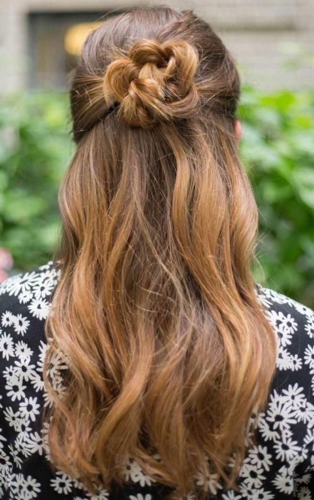 Легкая летняя прическа на длинные волосы 2016: мальвинка-цветок