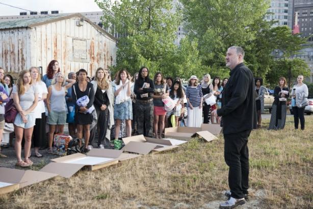 Нагой протест: больше ста женщин не побоялись раздеться ради необычной инсталляции - фото №1