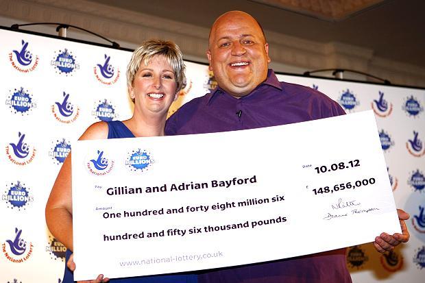 Самая богатая победительница лотереи в Англии выходит замуж за продавца машин - фото №1