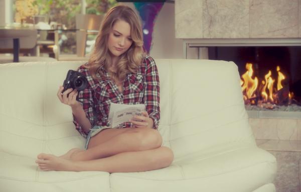 девушка читает фото