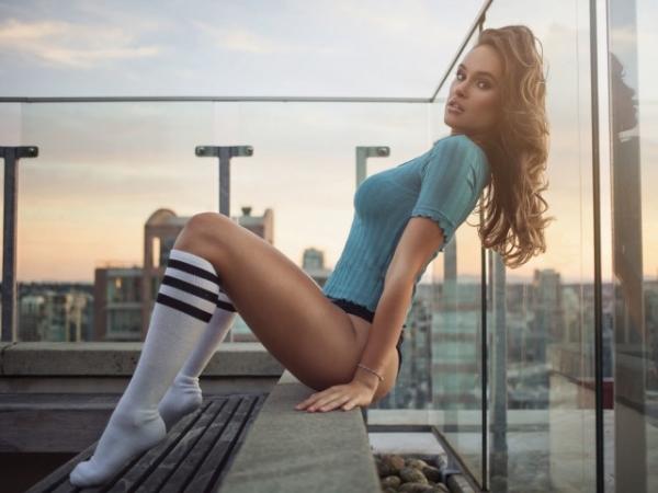 девушка сидит на крыше фото