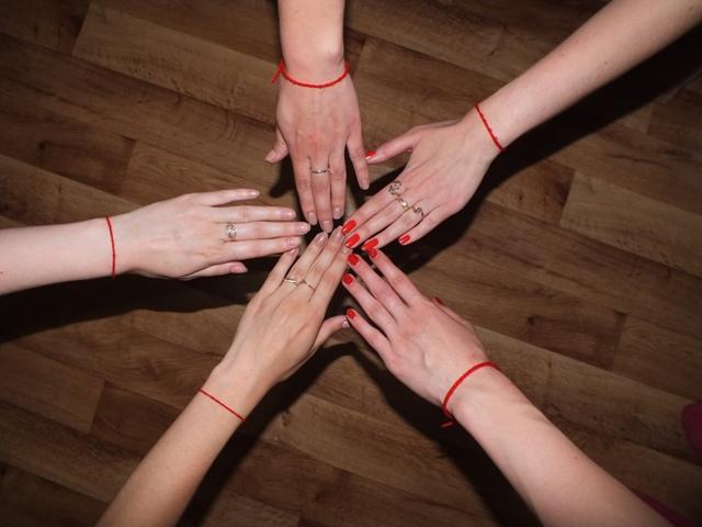 красная шерстяная нить от сглаза фото