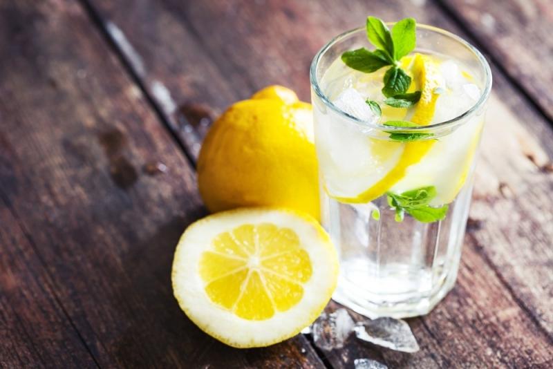 Стакан воды с лимоном по утрам: когда полезная привычка становится губительной - фото №1