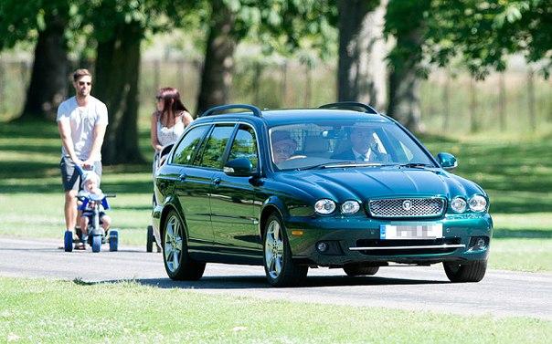 Королева бензоколонки: Елизавета II ездит без прав по газонам - фото №2