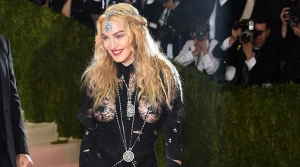 Поклонники Мадонны призвали ее отказаться от фотошопа и эпатажных нарядов - фото №3