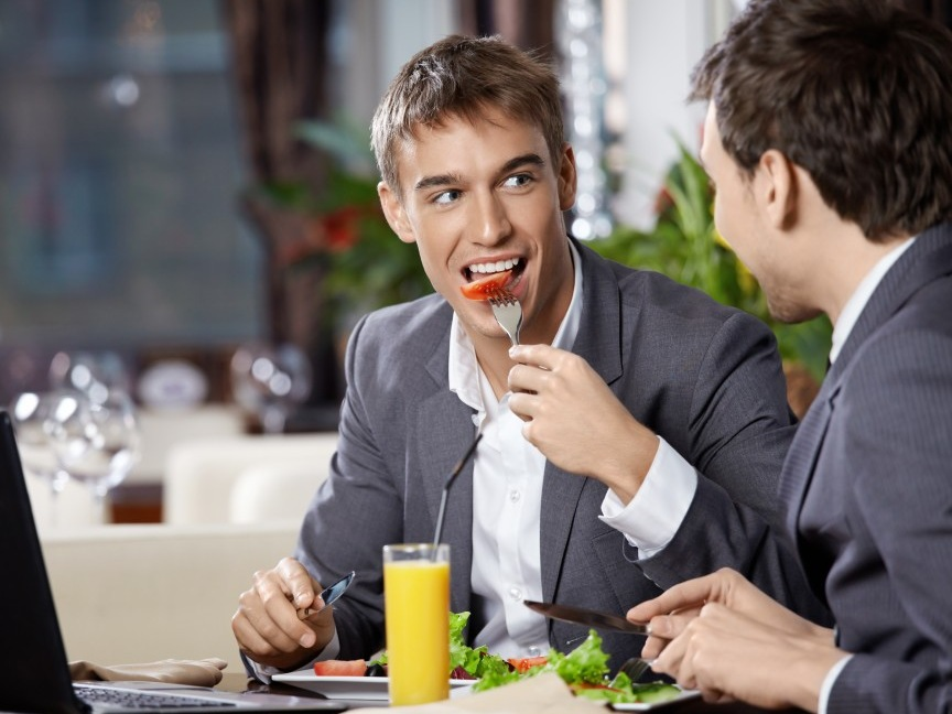 фото мужчина обедает числу
