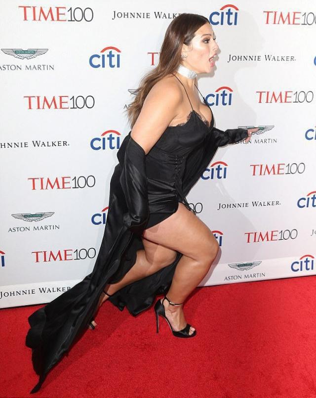 Модель plus-size Эшли Грэм оступилась на красной дорожке, обнажив бедра (ФОТО) - фото №1