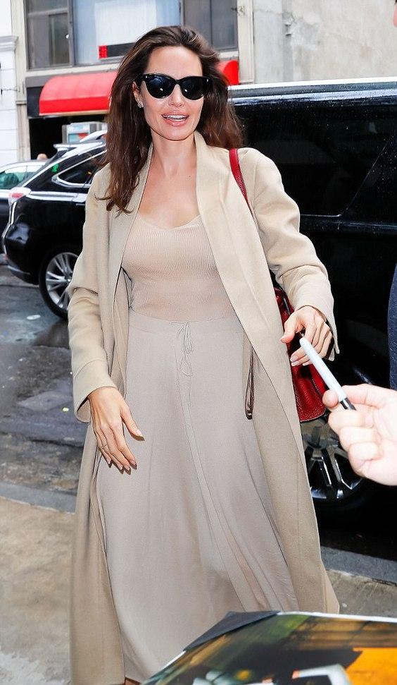 Анджелина Джоли ест бублик на улице: почему это новость для всех (ФОТО) - фото №2