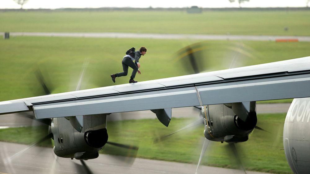 Как Том Круз летал верхом на самолете, отказавшись от каскадера - фото №1