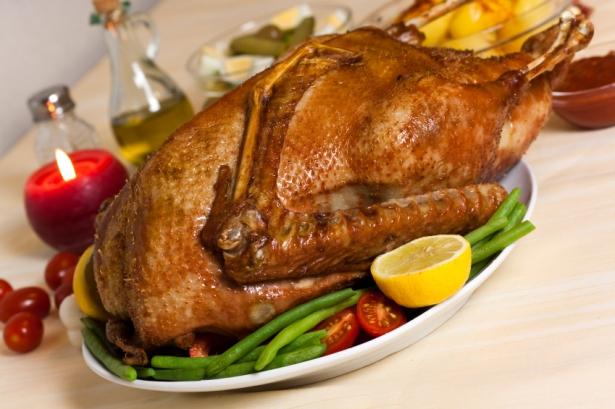 Рождественский гусь с яблоками в духовке: рецепт приготовления птицы, замоченной в маринаде - фото №2