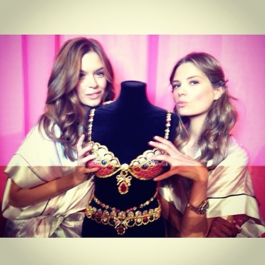 Шоу Victoria`s Secret 2013: подиум, бэкстейдж и красная дорожка - фото №36